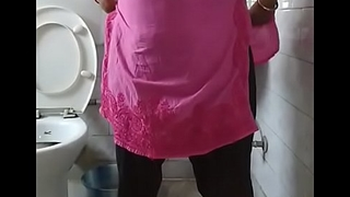 Indian bhabi pissing to toilet