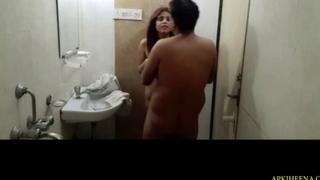 Oyo jakr nhate wqt bathroom me house keeping wali ko choda