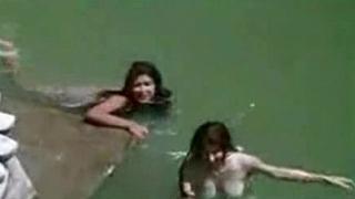 Bollywood premier danseur bathing in nature's garb